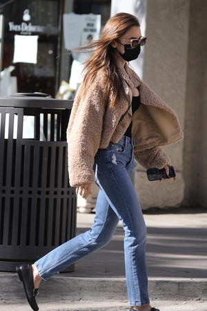 Фото №2 - 4 бренда, у которых можно найти плюшевые куртки, как на Лили Коллинз