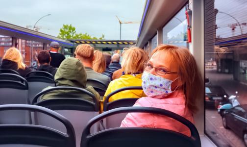 Фото №1 - Вирусолог: Россиянам придется носить маски еще два года