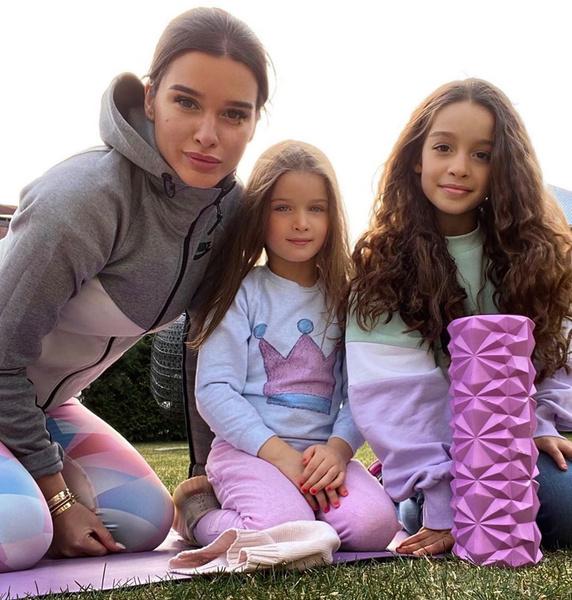 Фото №1 - Чем занимаются Пугачева, Лазарев и другие звезды с детьми во время самоизоляции