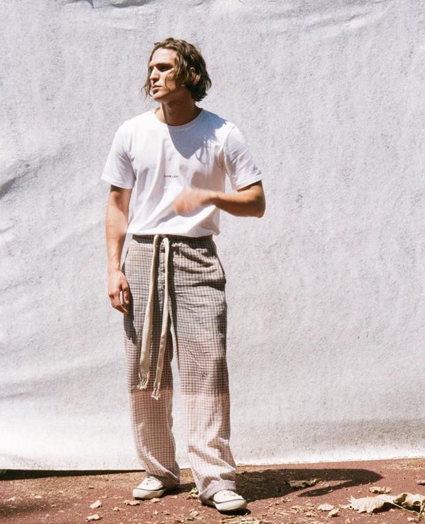 Фото №1 - Почему мужчинам нужны на лето брюки в клетку? Как у модели Андреа Фаччо