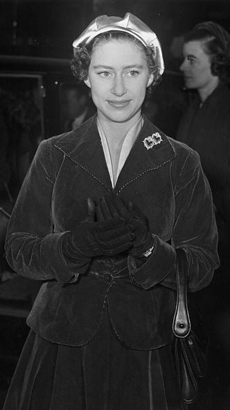 Фото №2 - Такие разные судьбы: почему Гарри смог отказаться от королевской жизни, а Маргарет— нет