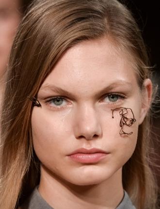 Фото №3 - Стразы и наклейки на лице: новый beauty-тренд