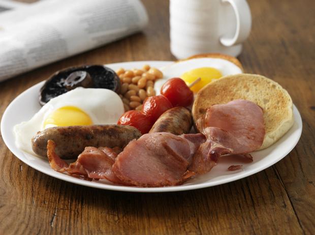 Фото №3 - Как готовить традиционный английский завтрак: рецепт с историей (и без овсянки)