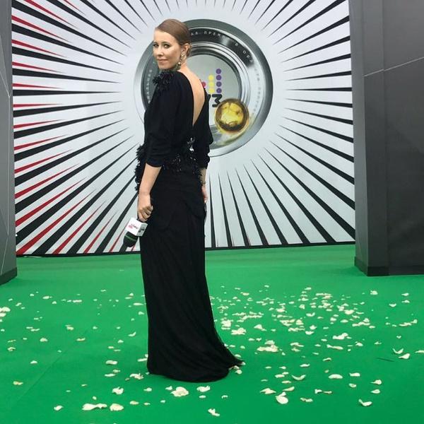 Фото №1 - За время Премии МУЗ-ТВ Собчак сменила 6 платьев
