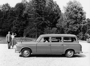 Зеркала на крыльях отличали не только японские автомобили. Вот, например, французский универсал Peugeot 304…