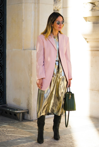 Фото №5 - Стальной блеск: как носить вещи в цвете металлик повседневно
