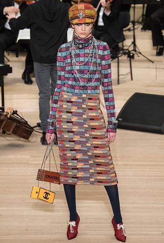 Фото №9 - Свитер в юбку, платье на водолазку и еще три классные идеи Карла Лагерфельда