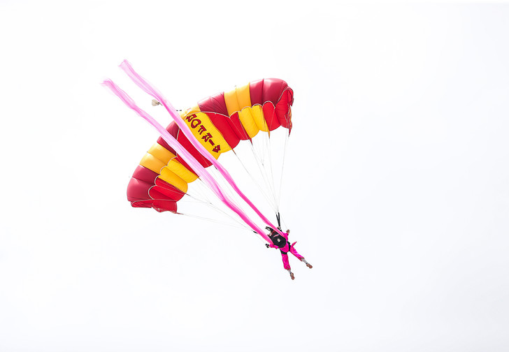 Фото №1 - Канадская парашютистка выжила, упав с высоты в полтора километра