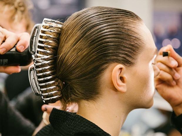 Фото №3 - Заколки, ободки и резинки: самые модные украшения для волос нового сезона