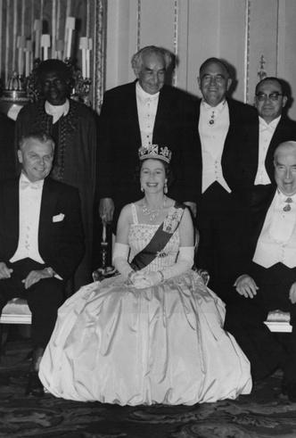 Фото №6 - Из торжественного наряда в подвенечный: полувековая история свадебного платья Беатрис