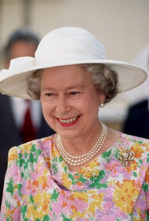 Фото №3 - Первый Zoom Елизаветы: что Королева хотела сказать своим нарядом (и кому)