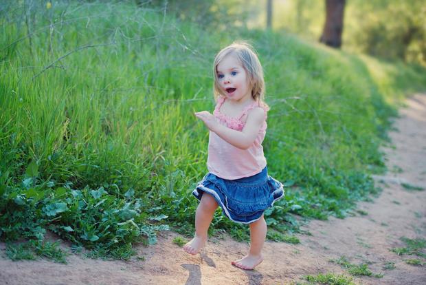 Фото №1 - «Не вредно ли малышам прыгать на мат босиком?»