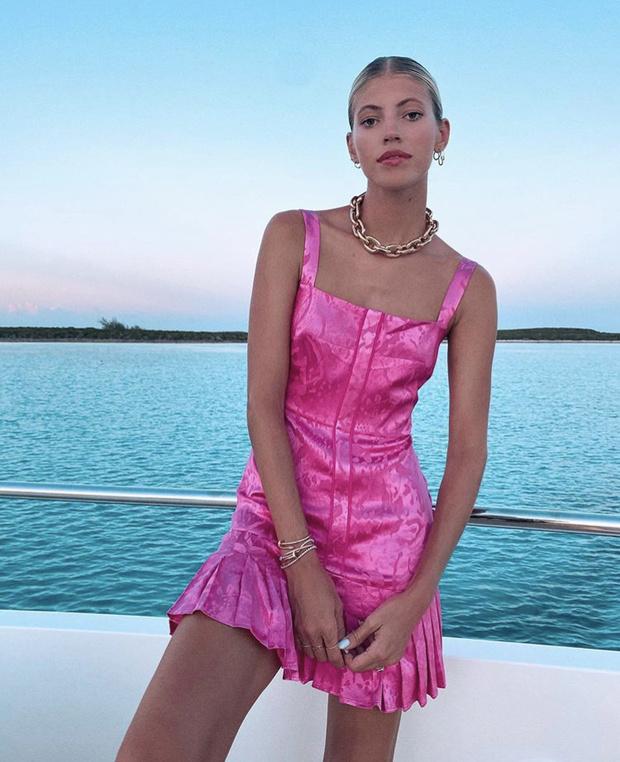 Фото №2 - Маленькое платье цвета фуксии— идеальный наряд для летней вечеринки: доказывает Девон Виндзор