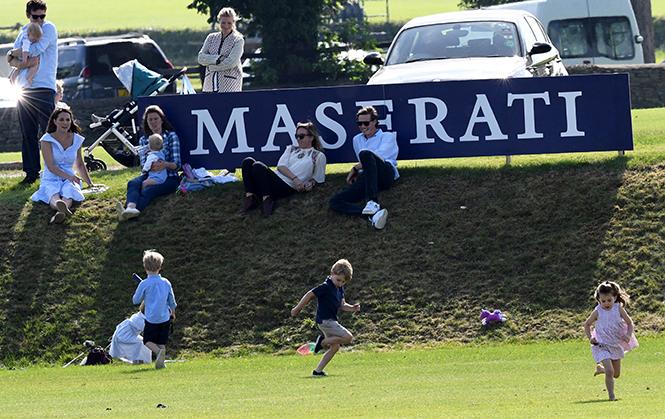 Фото №2 - Семейный выходной: принцесса Шарлотта, принц Джордж, Кейт и Уильям на игре в поло
