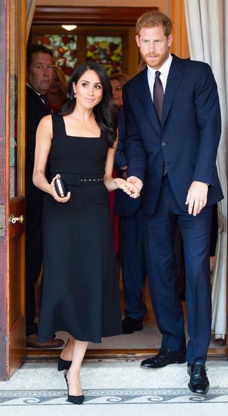 Фото №2 - Почему Меган Маркл не принимает британский стиль в одежде
