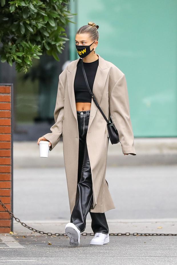 Фото №1 - Как носить летом длинное пальто? Хейли Бибер показывает, с чем сочетать верхнюю одежду, когда нет жары
