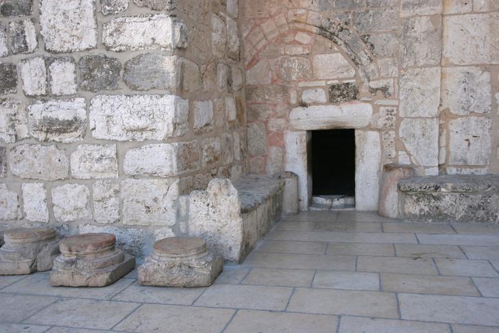 shutterstockВысота двери немногим более метра, поэтому взрослые вынуждены склоняться при входе. При крестоносцах ворота имели форму арки и были вдвое выше, чем сейчас, но часть проема заложили во времена османского владычества – как предполагается, чтобы всадники не могли въезжать в храм, не спешившись. Контур прежнего входа можно видеть и сейчас, так же как иочертания еще более просторных ворот эпохи императора Юстиниана.