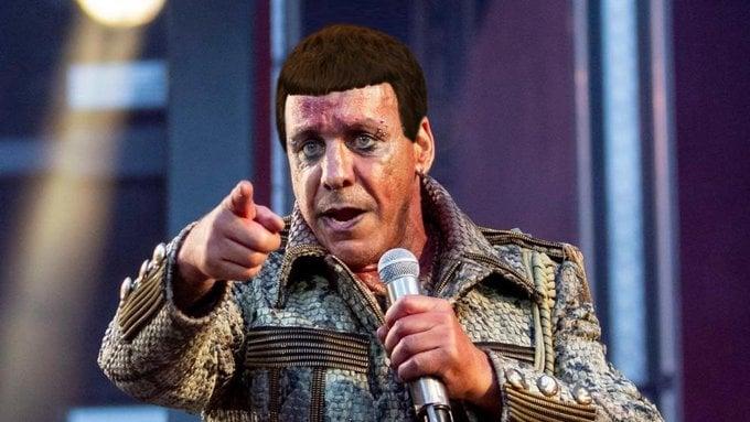 Фото №1 - Лучшие шутки о том, как Тилль Линдеманн на Красной площади выступал