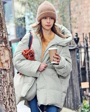 Фото №2 - Три российских бренда, в коллекциях которых можно найти пуховики как у Эмилии Кларк