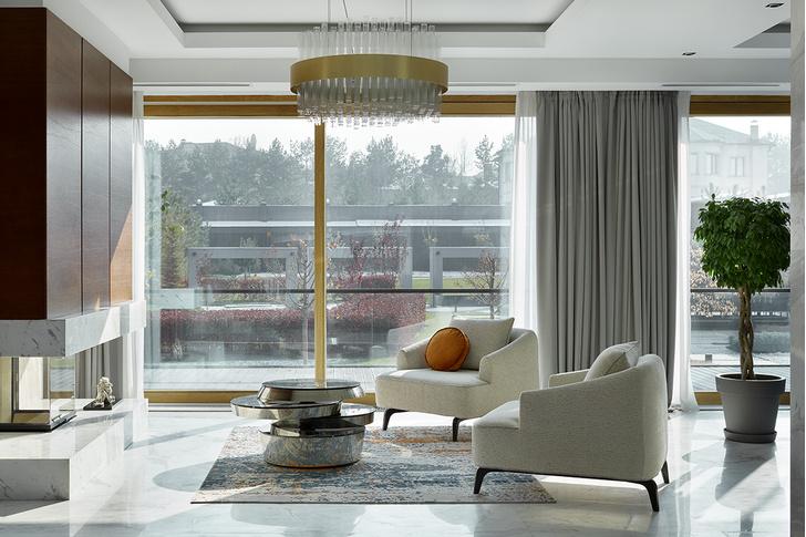 Каминная зона гостиной на первом этаже. Кресла, Rubelli Casa. Столик, Essential Home. Ковер, Mohebban.