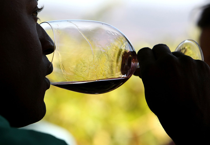 Фото №1 - Во Франции виноделы хотят превратить нераспроданное вино в санитайзеры
