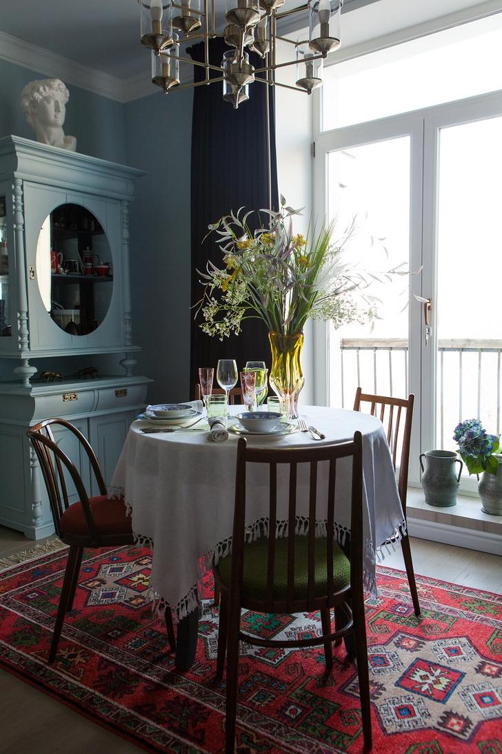 Гостиная-столовая. Черные бархатные портьеры, дом декора «Фьюжн» Екатерины Егоровой. Старинный буфет из коллекции хозяйки выкрасили в цвет стен. Лепнина, «Европласт».