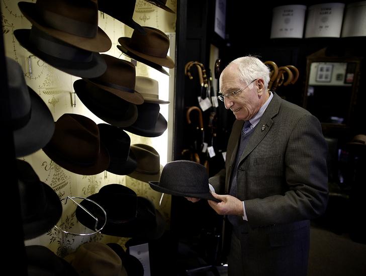Фото №1 - Хитроумные шляпники: где делают головные уборы для королевы