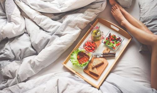 Фото №1 - Что нужно есть, чтобы отодвинуть старость и можно ли женщинам становиться веганами, рассказали диетологи