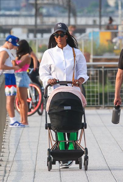 Фото №2 - Супермамочка! Наоми Кэмпбелл впервые засняли на прогулке с новорожденной дочкой
