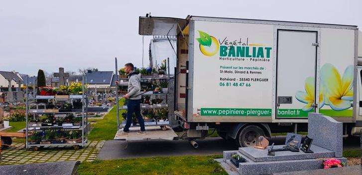 Фото №4 - История французского садовника, который украсил непроданными цветами целое кладбище, стала вирусной (фото)