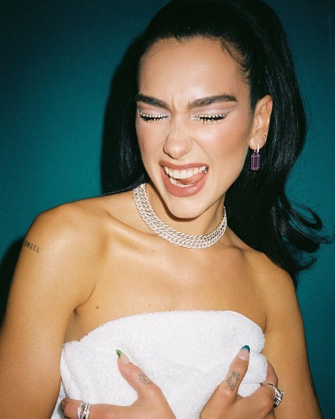 Фото №3 - Стрелки из страз: Дуа Липа показала идеальный макияж на вечеринку 💎