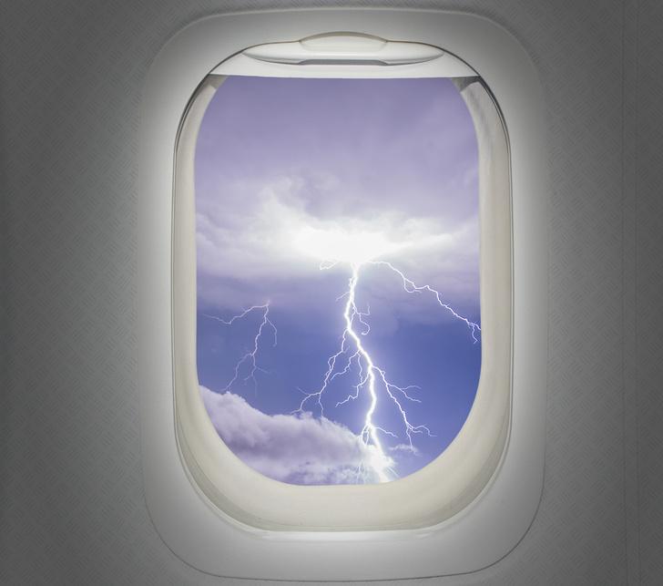 Фото №2 - Почему самолеты не падают от попадания молнии