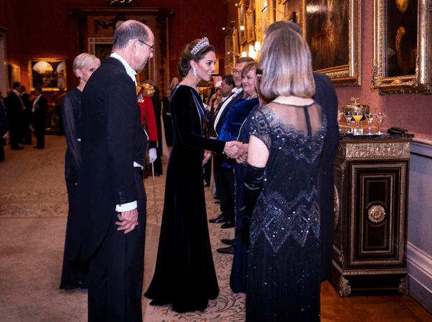 Фото №3 - Выход будущей королевы: герцогиня Кейт в эффектном образе на приеме в Букингемском дворце