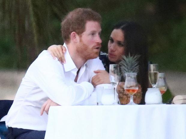 Фото №6 - Парный выход: Принц Гарри и Меган Маркл на свадьбе друзей