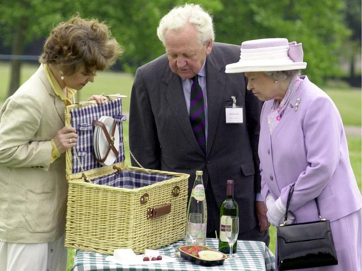 Фото №2 - Как простые люди: самые колоритные фото королевских пикников