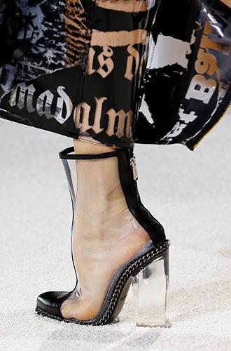 Фото №15 - Невероятные каблуки: кто придумал прозрачные танкетки и шпильки в стразах