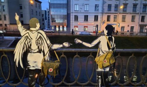 Фото №1 - Ангелы на Карповке. Неизвестный художник установил фигуры врачей на месте будущего мемориала медикам, погибшим от COVID-19