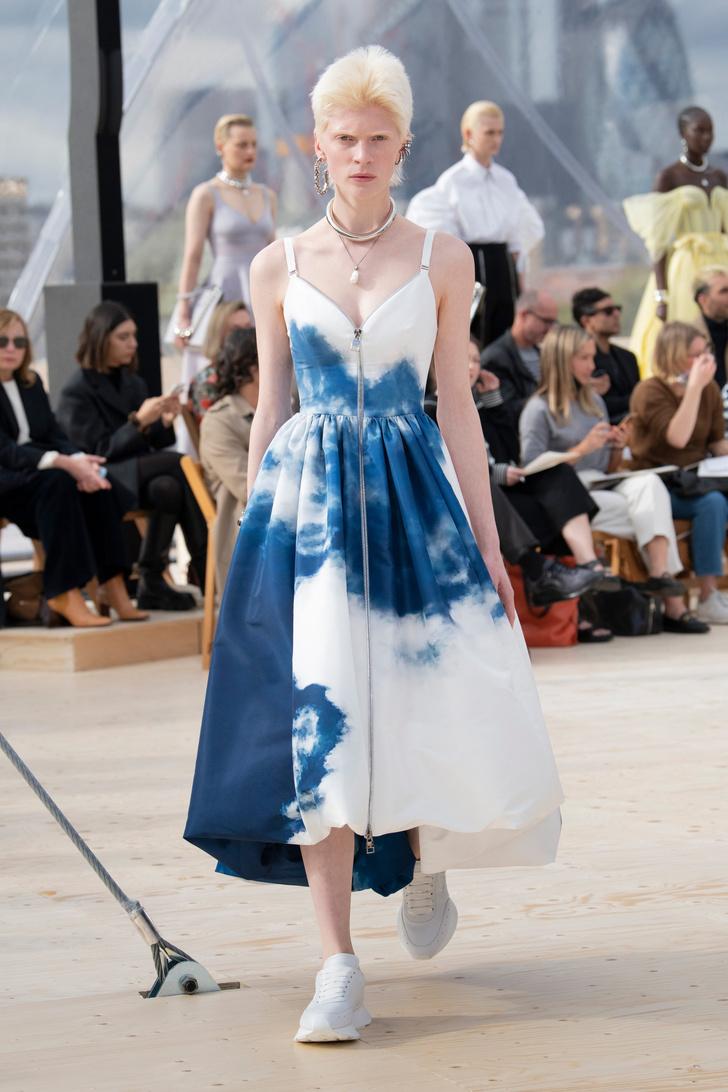 Фото №4 - Платья с облаками, перьями и корсетами: долгожданный показ Alexander McQueen SS22 в Лондоне