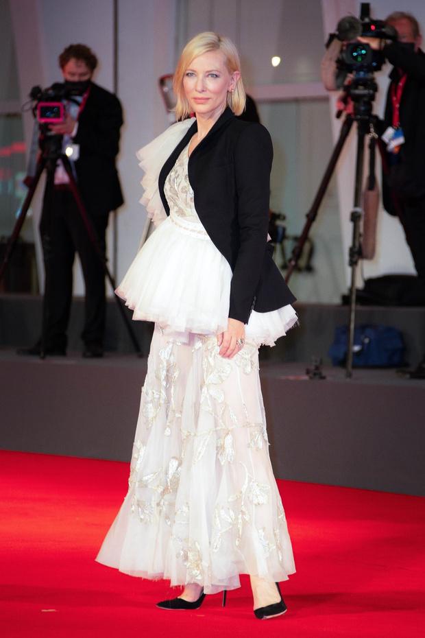 Фото №1 - Прозрачное кружево, которое «прорастает» сквозь жакет: Кейт Бланшетт в свадебном образе на Венецианском кинофестивале