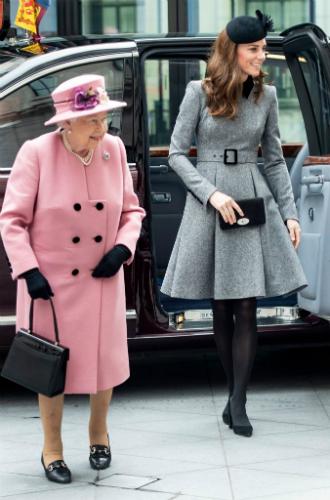 Фото №5 - Долгожданный дуэт: герцогиня Кембриджская и Елизавета II вместе вышли на работу