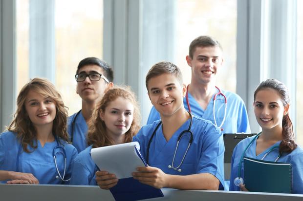 Фото №1 - Больше, еще больше медиков или почему абитуриенты выбирают карьеру в медицине