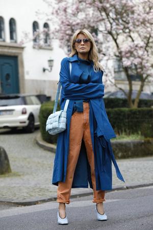 Фото №2 - Вместо классики: 20 пар цветных джинсов, которые заменят синий деним