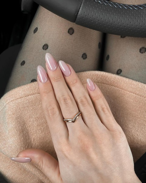 Фото №3 - Нюдовый маникюр на лето: красим ногти как Лана Кондор и не только