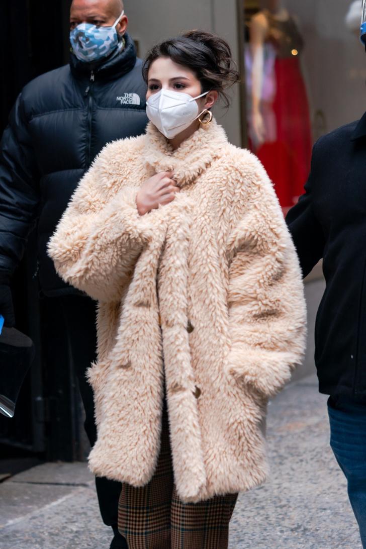 Фото №2 - Овечка Долли: Селена Гомес в самой модной шубе этой зимы