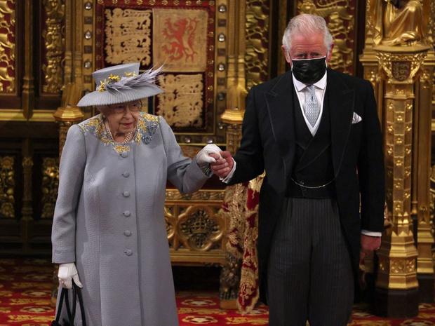Фото №3 - Тревожный знак: почему все обсуждают язык тела принца Чарльза во время последнего выхода