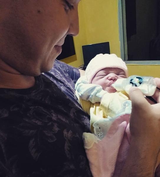 Фото №2 - Милота дня: новорожденная малышка узнала папу по голосу