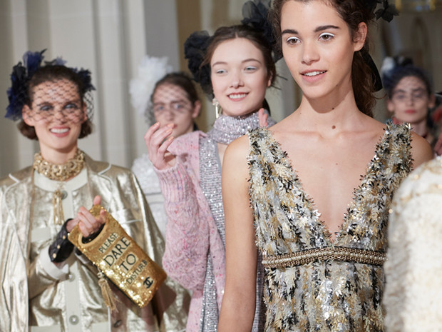 Фото №2 - Показ Chanel Métiers d'Art: возвращение эпохи женственности