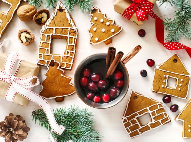 Фото №1 - Новогодние сладости: пряничный домик, снеговик из безе и полено