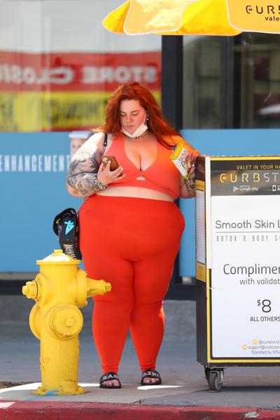 Фото №3 - Самая толстая модель в мире гуляет в обтягивающих лосинах и микротопе
