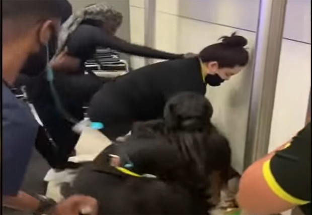 Фото №1 - В аэропорту Флориды задержка рейса обернулась массовой дракой с сотрудниками авиакомпании (видео)